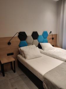 Uma cama ou camas num quarto em H33 Apartamenty