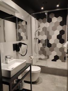 Uma casa de banho em H33 Apartamenty