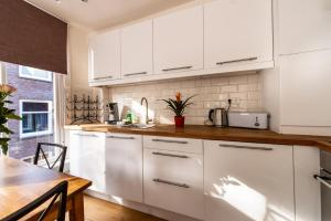 A kitchen or kitchenette at Canal View Studio