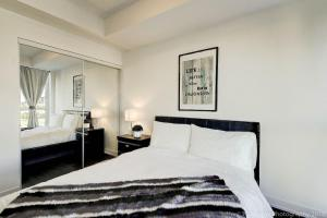 A bed or beds in a room at Lux 1BR Suite in King West