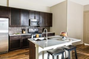 A kitchen or kitchenette at Stay Alfred 422 at The Lake