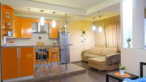 Кухня или мини-кухня в Studio apartment on Uritskogo 62