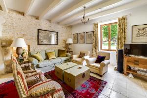 Coin salon dans l'établissement Saint-Front-la-Riviere Villa Sleeps 8 Pool WiFi