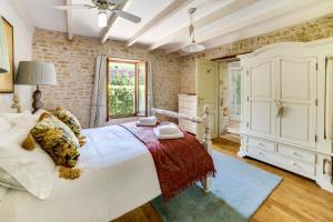 Un ou plusieurs lits dans un hébergement de l'établissement Saint-Front-la-Riviere Villa Sleeps 8 Pool WiFi