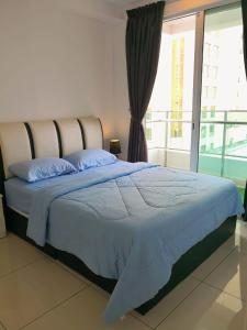 A bed or beds in a room at Mansion One by Sky Hive