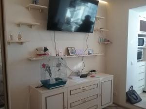 Una televisión o centro de entretenimiento en АПАРТАМЕНТЫ