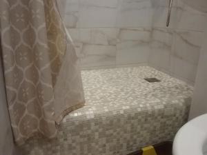 Vannas istaba naktsmītnē АПАРТАМЕНТЫ