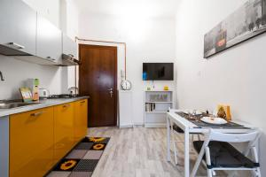 A kitchen or kitchenette at Angilberto Confortable Apartment