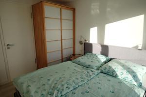เตียงในห้องที่ Ferienwohnung Albatros