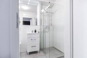 A bathroom at Good Time Apartments Strzelecka II