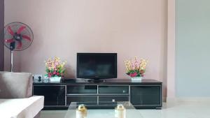 Una televisión o centro de entretenimiento en chelishome