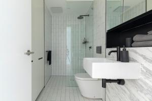 A bathroom at Executive Apartment Close to Sydney airport