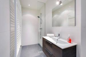 A bathroom at Luxurious Canalview Apartment NO.1 IN CITY CENTRE