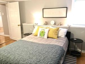 A bed or beds in a room at ~*Pet Friendly 30min to Downtown*~ THE BOSTONIAN