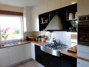 Cuisine ou kitchenette dans l'établissement Sainte-Colombe-de-Duras Villa Sleeps 6 Pool WiFi