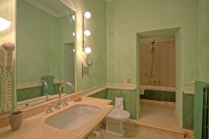 A bathroom at Campiglia Marittima Chateau Sleeps 20 Pool Air Con
