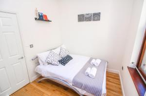 A bed or beds in a room at Studio Flat near Liverpool st & Shoreditch London.