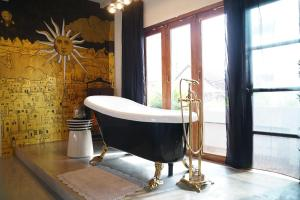 A bathroom at Quirky and Artistic Home with a Copper Bath and DIY Breakfast