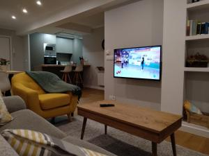 A television and/or entertainment center at Apt Moderno céntrico y soleado
