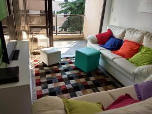 A seating area at Apartamento Enseada Guarujá