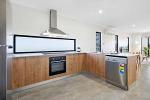 A kitchen or kitchenette at DAYDREAMING Airlie Beach, Water views & only 200m to boardwalk.
