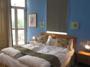 מיטה או מיטות בחדר ב-מלון אלון