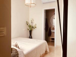 "A bed or beds in a room at ""Aires de Lumbreras"" Duplex Terraza"