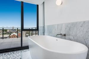A bathroom at Melbourne City Apartments - Teri