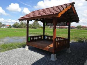 Taman di luar Chalet Desa Halban