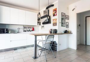 A kitchen or kitchenette at Bright and spacious apartment in Milan!