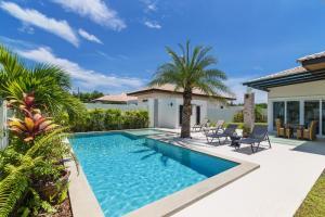 สระว่ายน้ำที่อยู่ใกล้ ๆ หรือใน Orchid Paradise Homes Villa