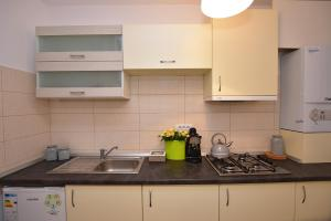A kitchen or kitchenette at Sweet Story Central Studio