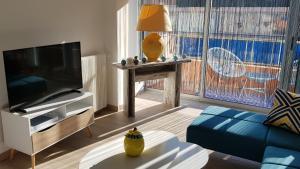 TV tai viihdekeskus majoituspaikassa Au Citron du Cap