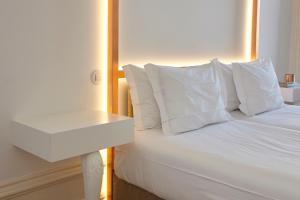 A bed or beds in a room at Downtown Colosseum Apartments