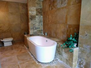 A bathroom at Casa + Apartamento Vista Real zona 15