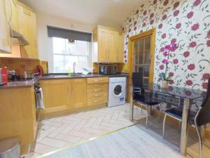 A kitchen or kitchenette at Flat 2 at 6 Tauton Mews