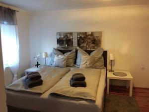 A bed or beds in a room at Mönchsbergapartments