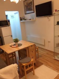 Televízia a/alebo spoločenská miestnosť v ubytovaní VERY CLOSE Studio Apartment