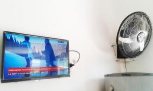 Una televisión o centro de entretenimiento en Sol y Sombra