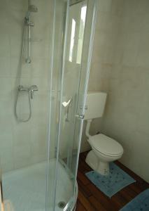A bathroom at Bungalow Bojan