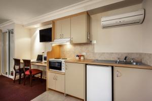 A kitchen or kitchenette at Quest Yelverton Kalgoorlie