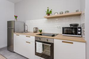 A kitchen or kitchenette at Chill Apartments Mokotow Business Park