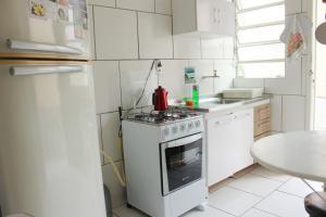 A kitchen or kitchenette at Ótimo apartamento