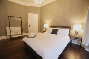 A bed or beds in a room at Glandore Villa Luxury Apartment
