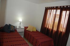 Una cama o camas en una habitación de Aparts Casas Del Centro-El Chaltén