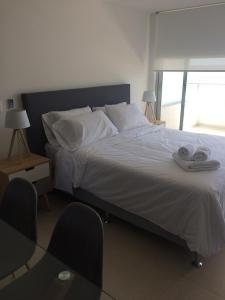 A bed or beds in a room at DOS ORILLAS MONOAMBIENTE 412