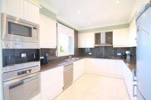 A kitchen or kitchenette at Villa Elizabeth