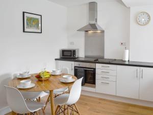 A kitchen or kitchenette at Uppergate Cottage