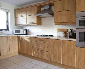 A kitchen or kitchenette at Giants Causeway Holiday House