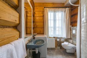 A bathroom at Apartamenty i Pokoje Willa Bajeczka